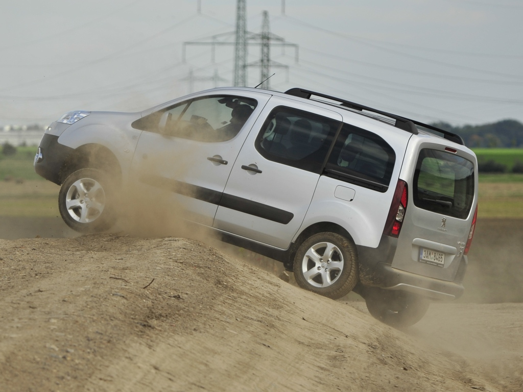 Užitkové Peugeoty 4x4 Dangel v terénu (+video)