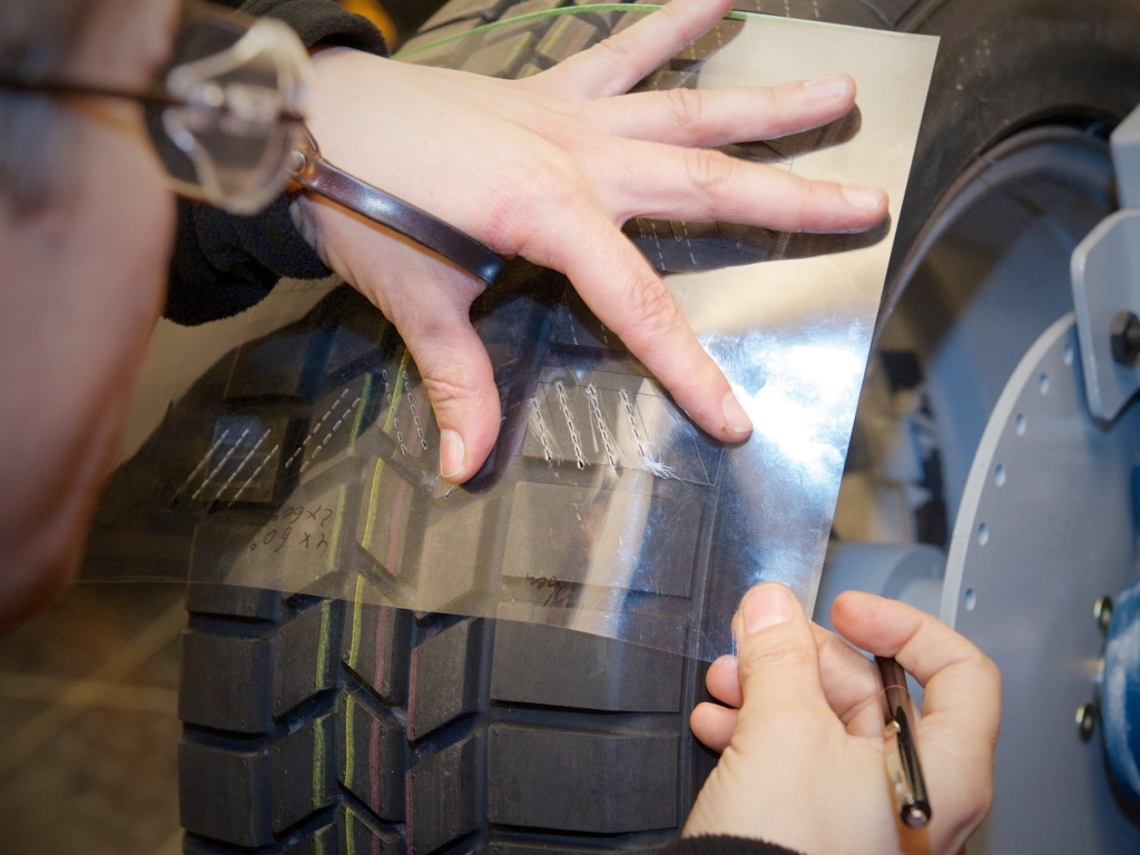 Continental představil ručně vyřezávané pneumatiky