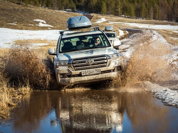 Toyoty Land Cruiser na cestě k Everestu a zpět