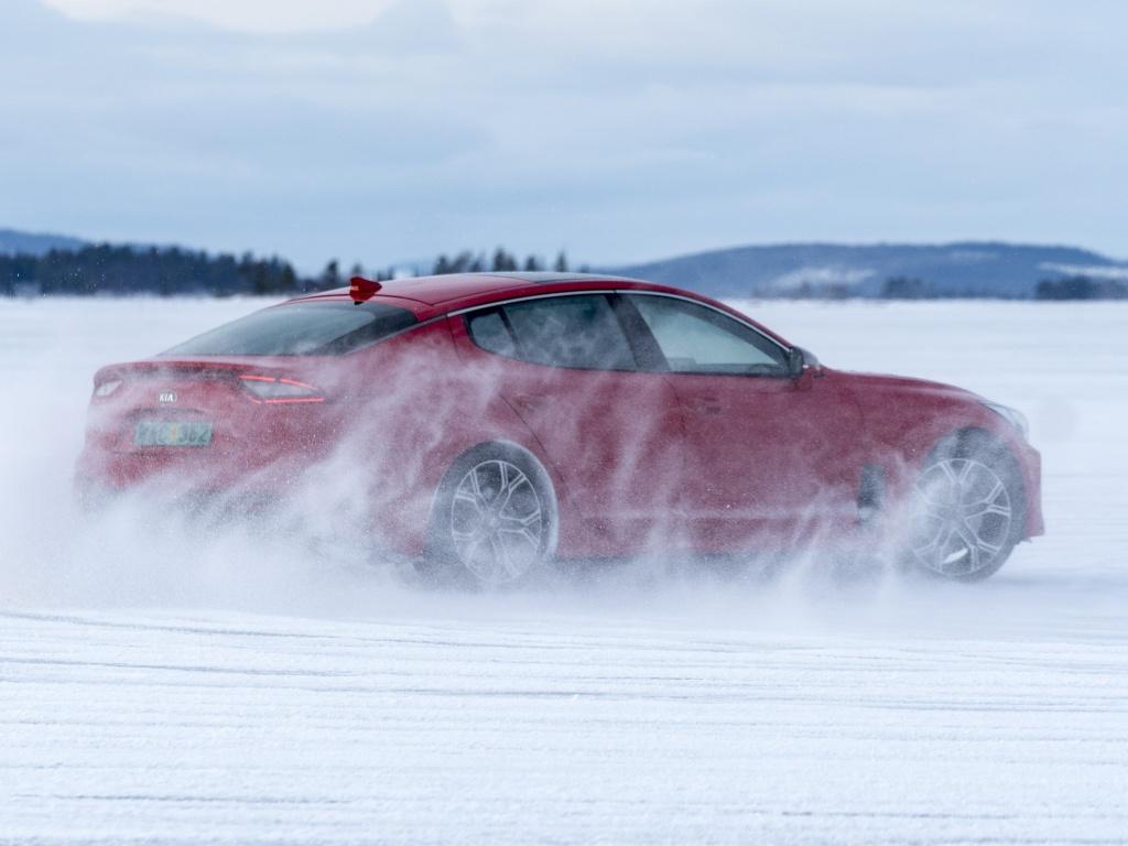 Jak si vede Kia Stinger na sněhu a ledu? Podívejte se na video