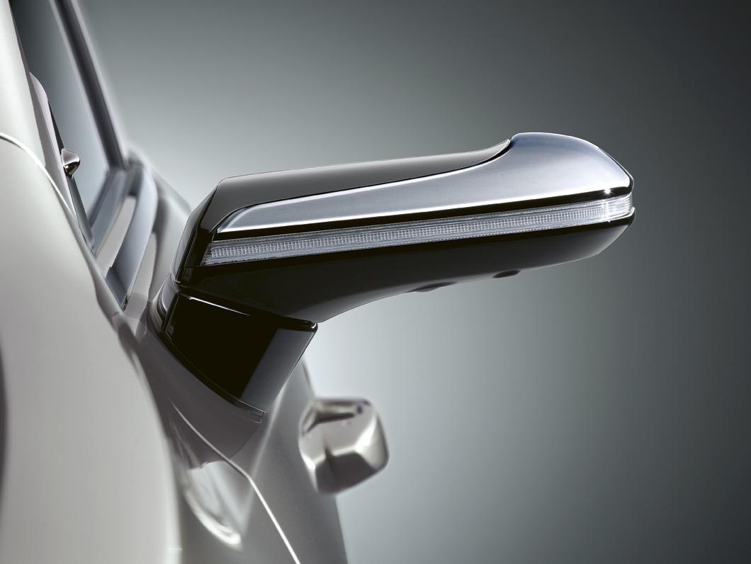 Lexus ES 300h přišel o klasická zpětná zrcátka, nahradily je kamery