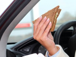 Čeští řidiči na cestách preferují oběd před fastfoody