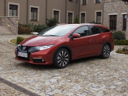 Honda Civic Tourer postrachem Octavie Combi