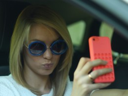 Selfies za volantem st�le �ast�j�� a nebezpe�n�j��