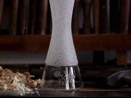 Video: Výroba trofeje pro vítěze Tour de France - drobné krystalky jsou ručně zasazovány do povrchu poháru.