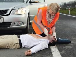 Přes čtyřicet procent řidičů neumí poskytnout první pomoc