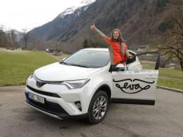 Snowboardkrosařka Eva Samková řídí Toyotu RAV4