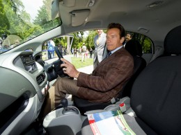 """Arnie"" vyzkoušel Mitsubishi i-MiEV"