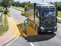 Asistent odbočování pro nákladní automobily chrání chodce a cyklisty