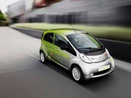 Elektromobil Peugeot iOn vyráží z města