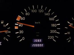 Jak poznat kradené auto a stočený tachometr?
