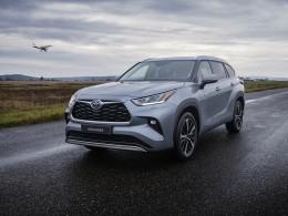 Největší hybridní SUV Toyota Highlander přichází do ČR. Kolik stojí a co všechno uveze?