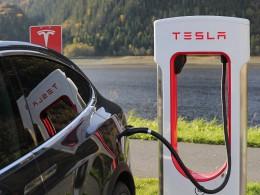 Tesla v novinách – jednou dole, stále nahoře