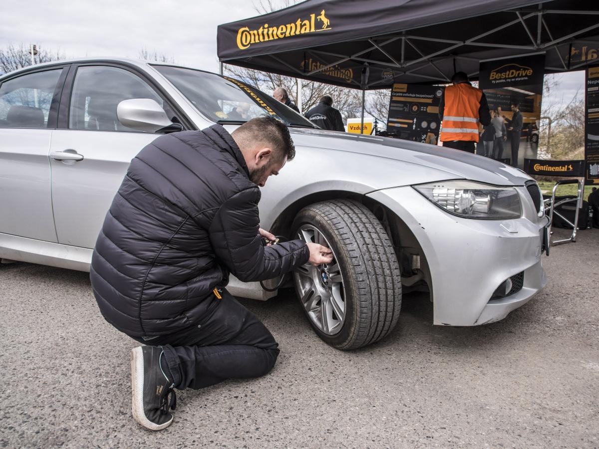 Nastává čas přezouvání pneumatik. Neriskujte při dojíždění zimních plášťů v létě
