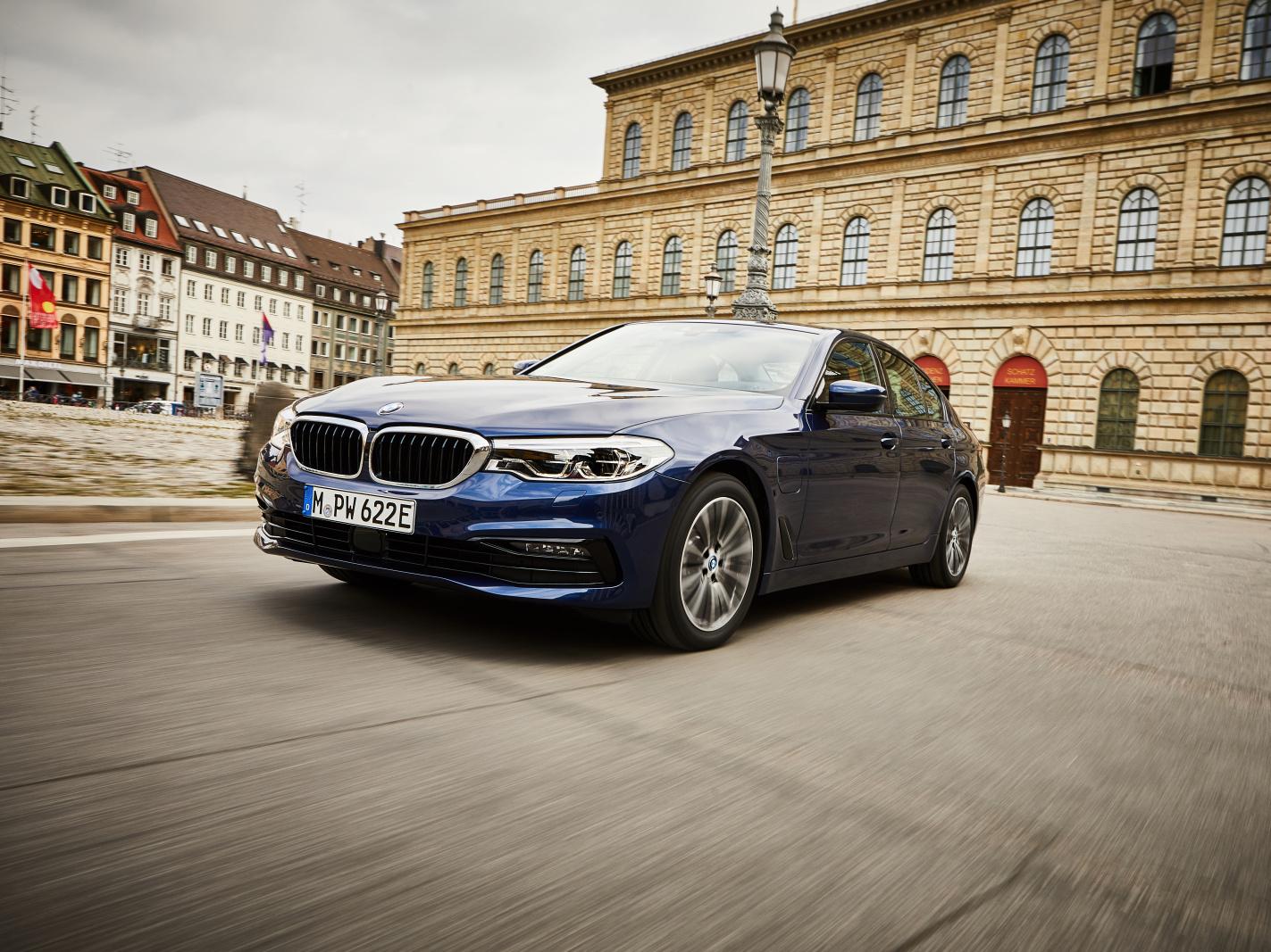 Nové hybridní BMW 530e se chlubí dojezdem 66 km čistě na elektřinu
