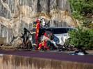 Volvo ničí svá auta, pouští je z třicetimetrové výšky na zem