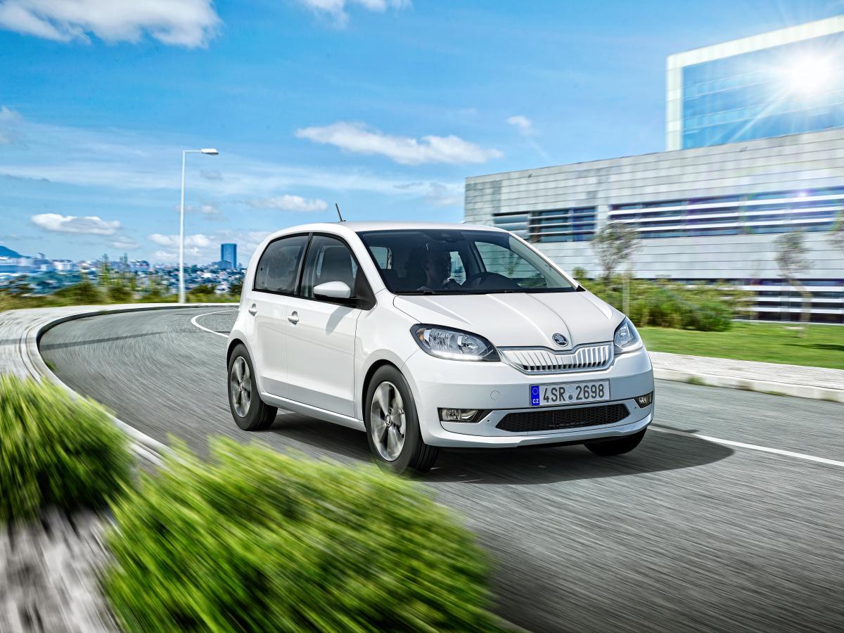 Trh aut s externím dobíjením ovládla Škoda