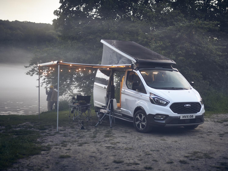 V novém obytňáku od Fordu nezmrznete, má vyhřívané dvoulůžko
